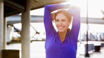 Frau mittleren Alers beim Sport denkt nicht über die Altersvorsorgelücke nach