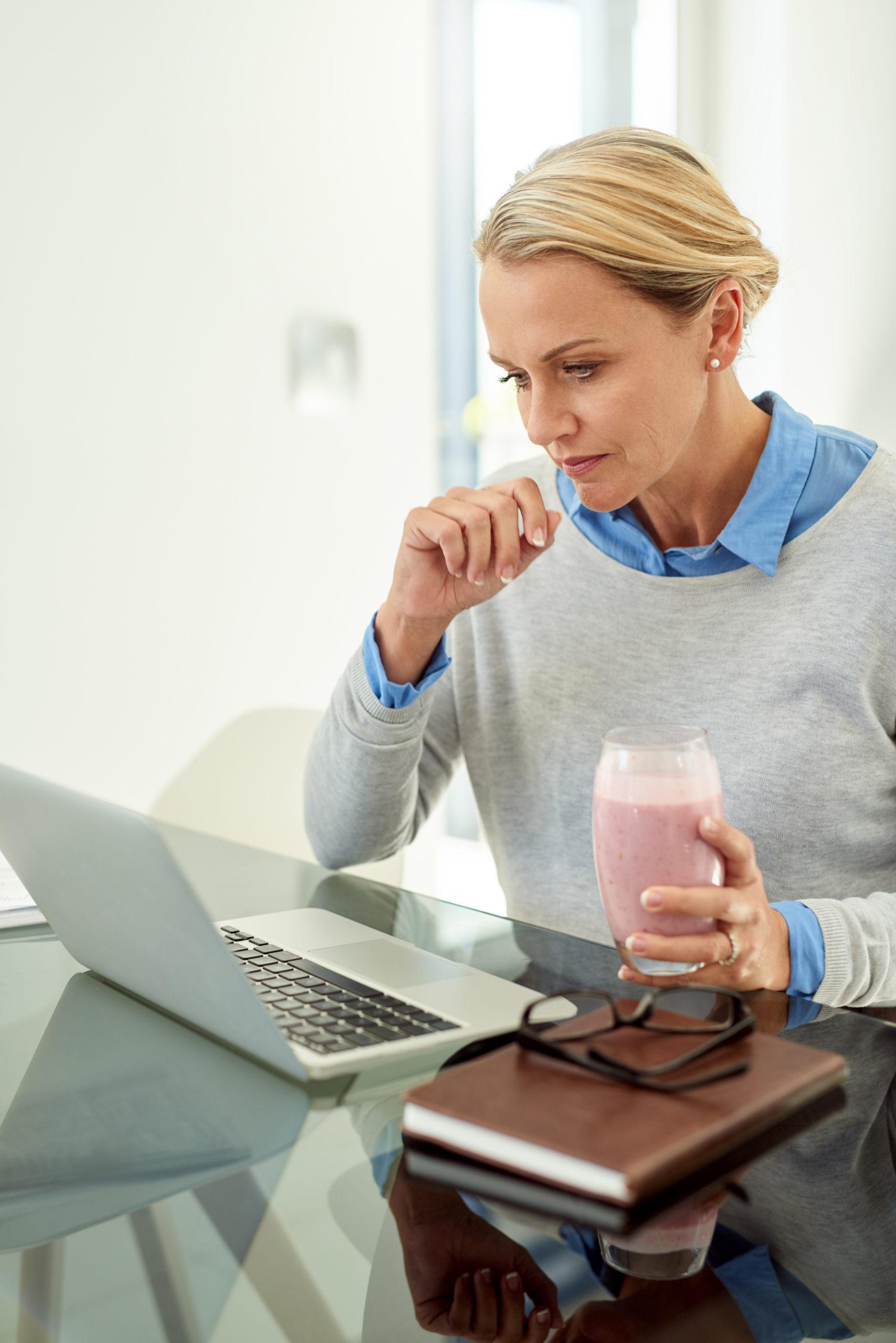 Frau prüft ihre Altersvorsorgelücke