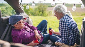 Paar genießt den Ruhestand dank fondsgebundene Rentenversicherung
