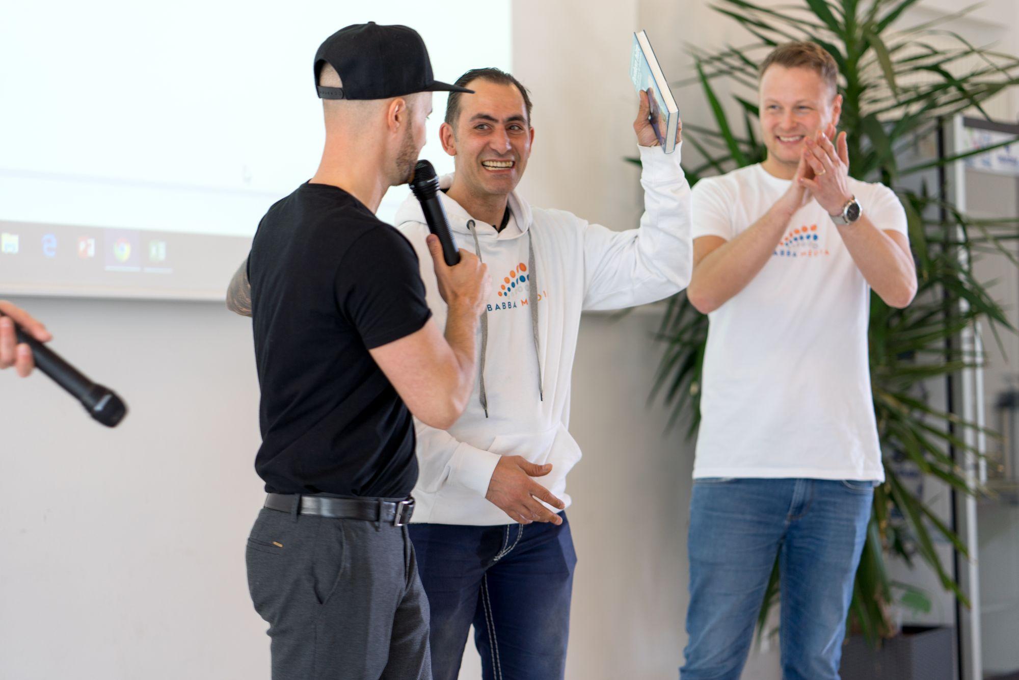 Ehrung von Peter Oertwig durch Daniel Hauber und Stefan Beier auf dem Babba Business Day 2019 in Großostheim