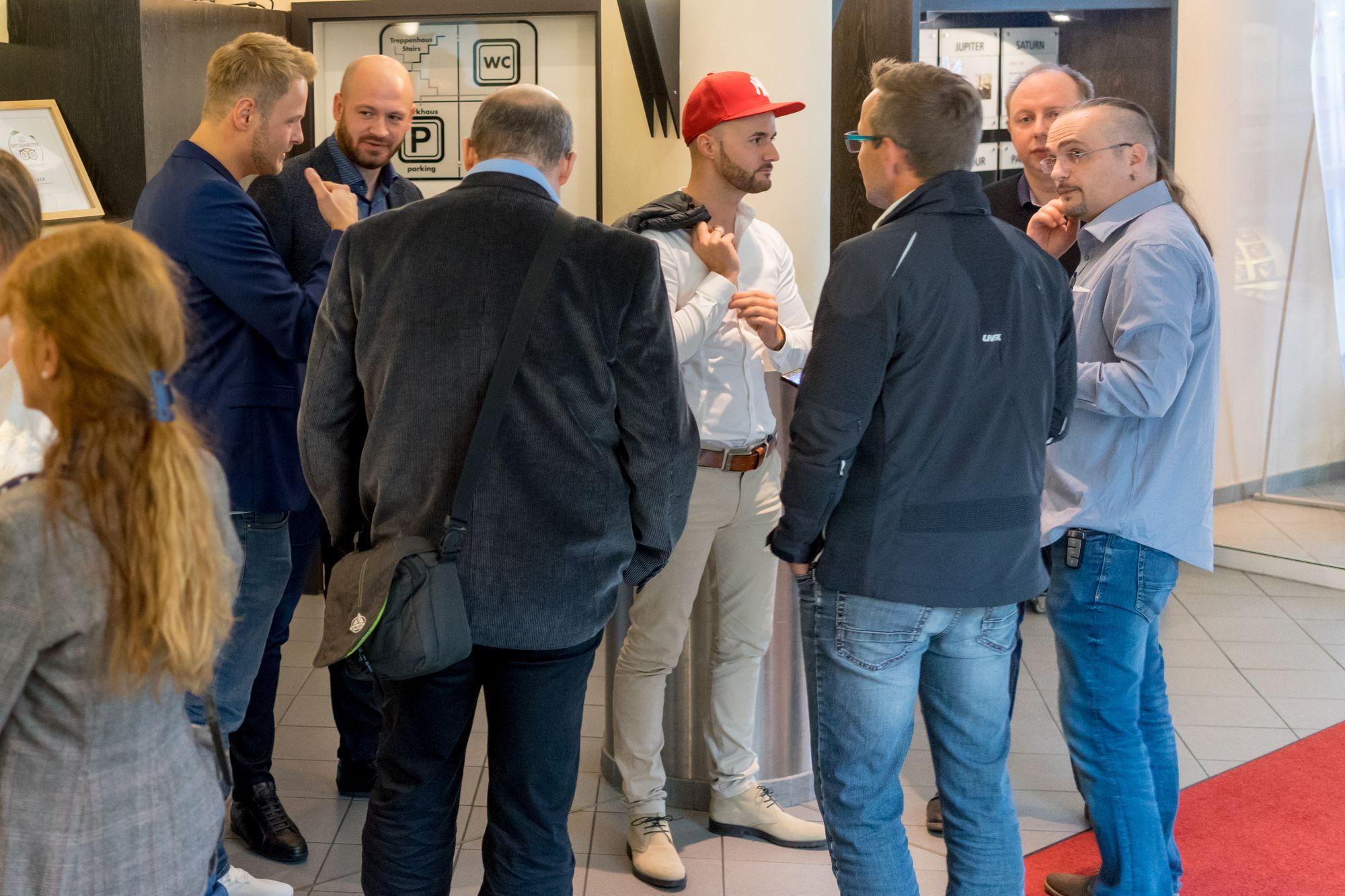 Daniel Hauber und Stefan Beier im Gespräch mit weiteren Teilnehmern auf dem Builderall Everest 2018 in Nürnberg (Germany)
