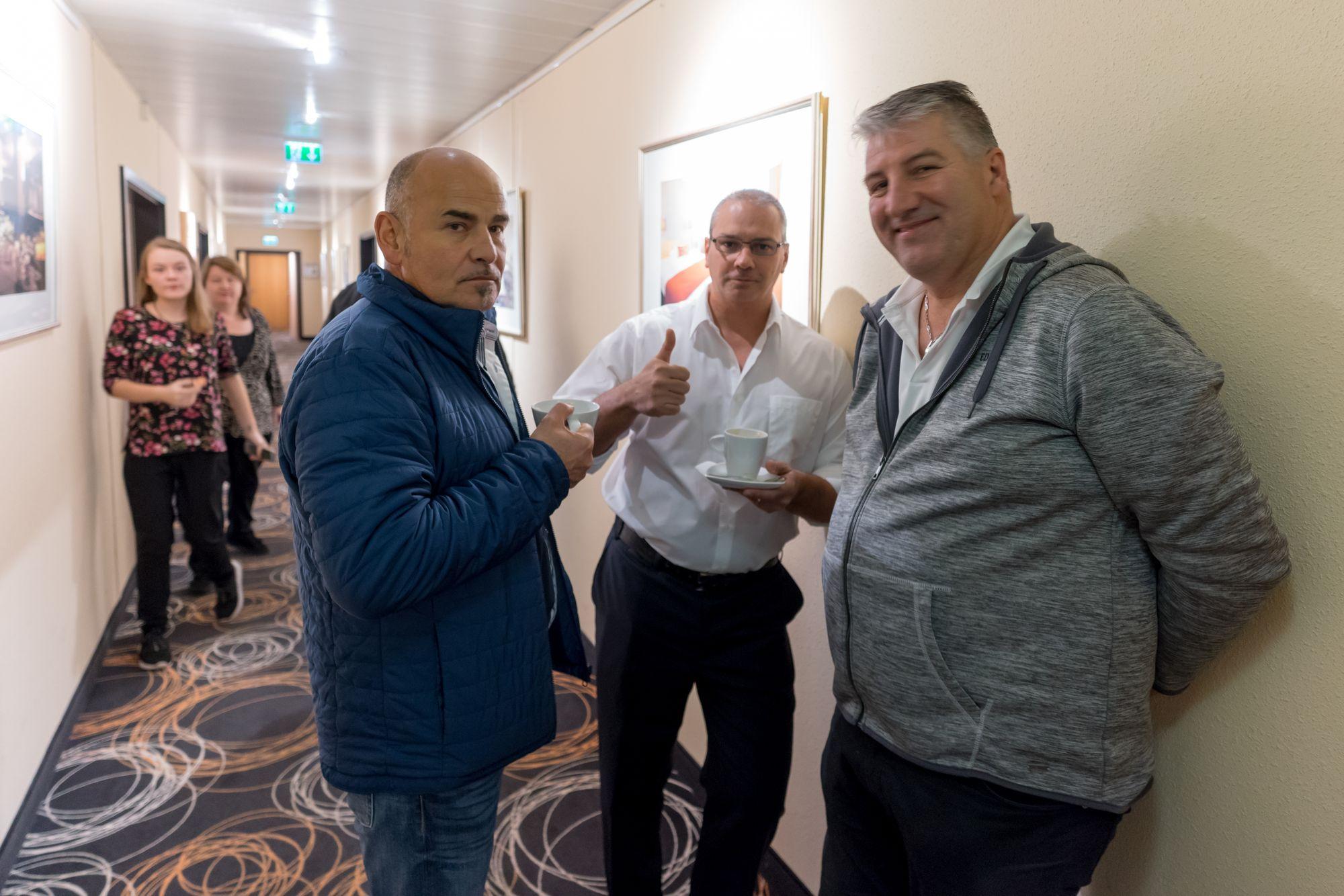 Erick Salgado (CEO Builderall), Matthias Jäger und ein weiterer Teilnehmer in einer Pause auf dem Builderall Everest 2018 in Nürnberg (Germany)