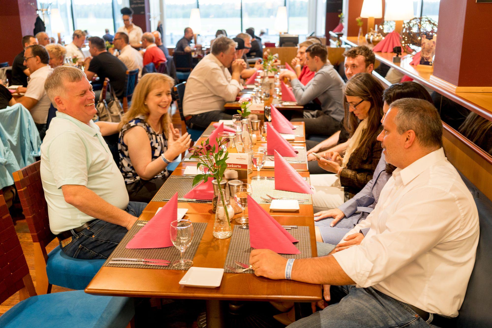 Erick Salgado, Shelly Turner und weitere Teilnehmer beim Abendessen im Flughafen Nürnberg auf dem Builderall Everest 2019 in Nürnberg (Germany)
