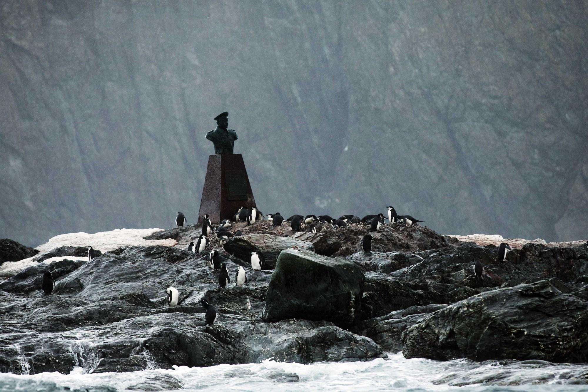 Busto di Piloto Pardo, Elephant island - Isole Shetland Meridionali ©discover.silversea.com