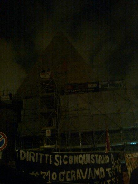roma, piramide cestia occupata, lotta per la casa