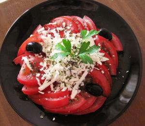 Салата домати с босилек