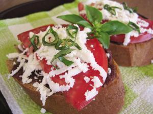 Брускета с домат и маслинена паста
