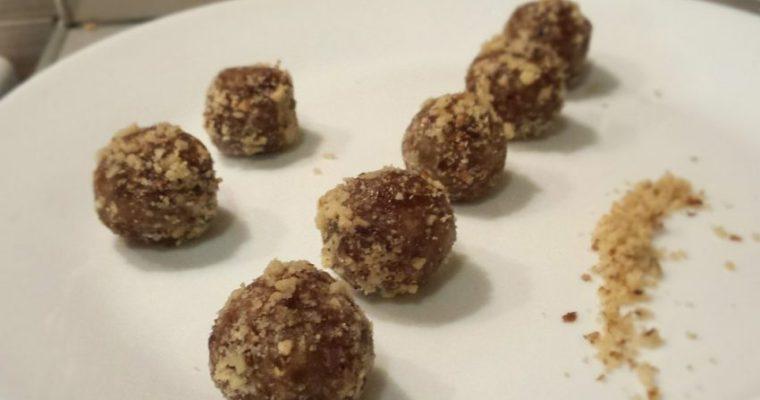 Сурови бонбони от орехи и фурми
