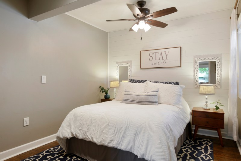 Guest bedroom, neutral decor / Sima Spaces