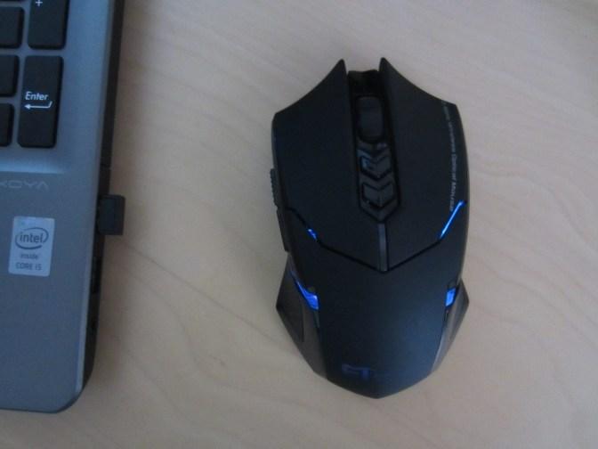 Der Empfänger im Laptop und die blau leuchtende Maus daneben.
