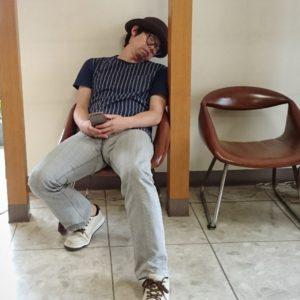 お店の入り口近くで寝てます