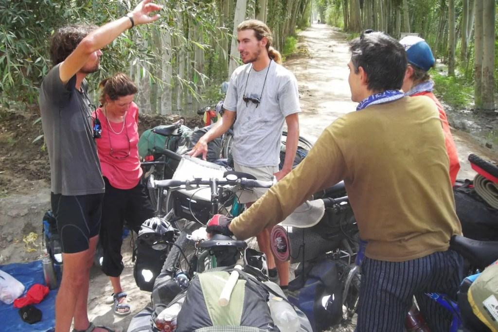 Radreise-Kritik-Reiseradler-Treffen-mit-Claude-Marthaler-Joe-Imma-Pep-Xinjiang-auf-dem-Weg-nach-Tibet