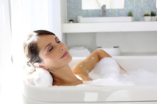 femeie care face baie