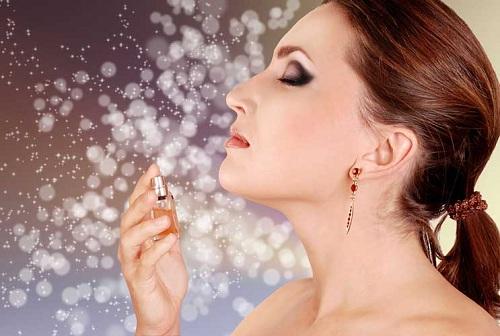 femeie care se da cu parfum