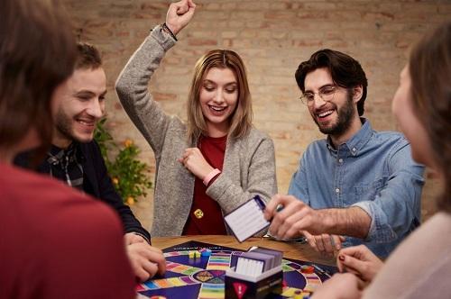 prieteni care se joaca board games