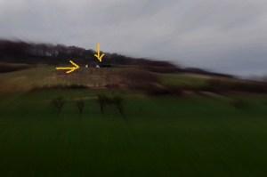 Zelt auf einem Berg - kaum zu sehen, daher mit Pfeilen markiert
