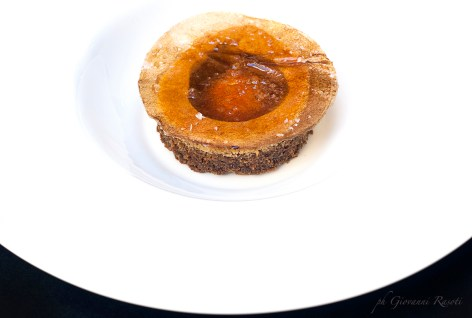 Extramisù: Tiramisù all'extravergine con tuorlo marinato allo zucchero riempito di mascarpone e obulato al caffè