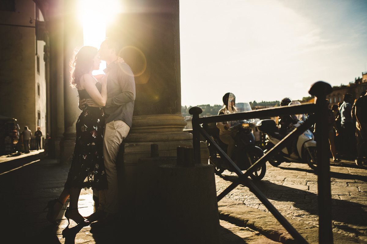 couple photoshoot in Florence with tourists