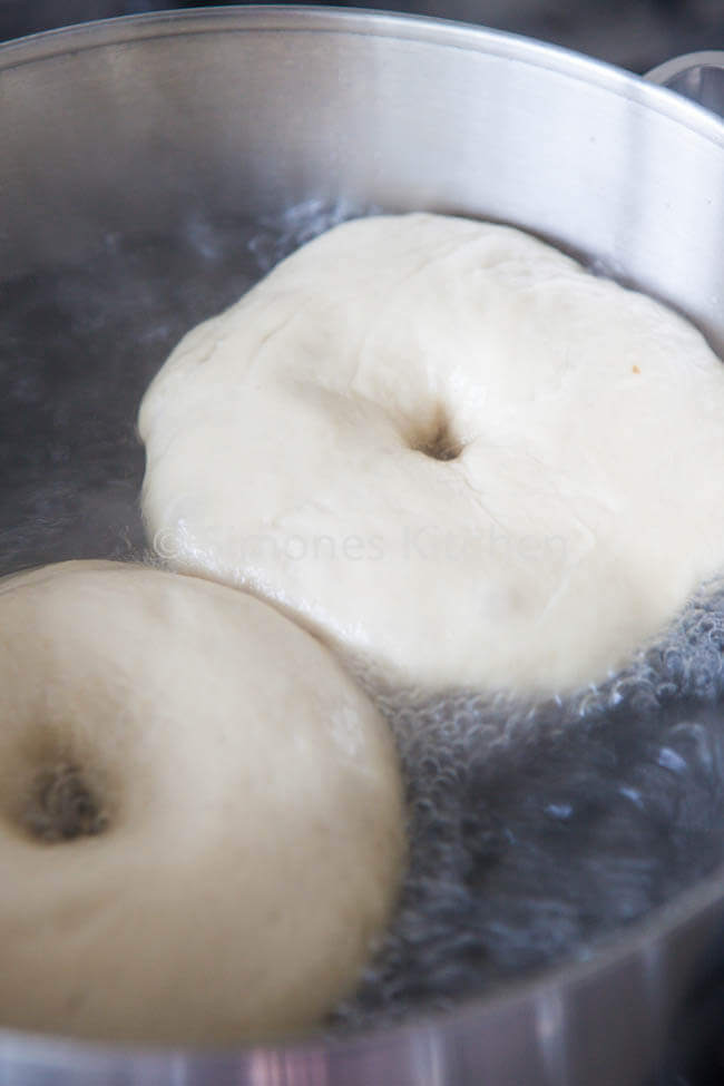 Daarna moeten de bagels gekookt worden | simoneskitchen.nl