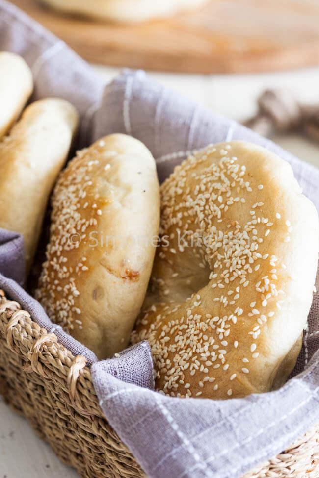 Mandje met vers gebakken bagels | simoneskitchen.nl
