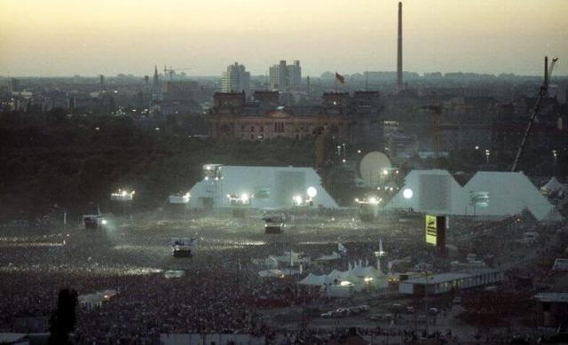 """Bundesarchiv_Bild_183-1990-0722-402,_Berlin,_Aufführung_der_Rockoper_""""The_Wall"""""""