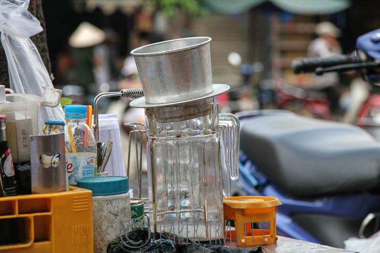 Een heus Vietnamees bakje koffie drinken op zo'n onmogelijk mini stoeltje aan de straat!