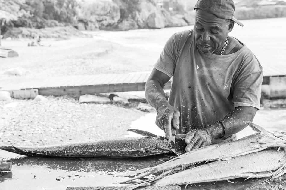Visser vis aan het schoonmaken in Curacao   simoneskitchen.nl