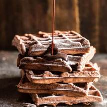 Chocolade wafels met chocolade saus | simoneskitchen.nl