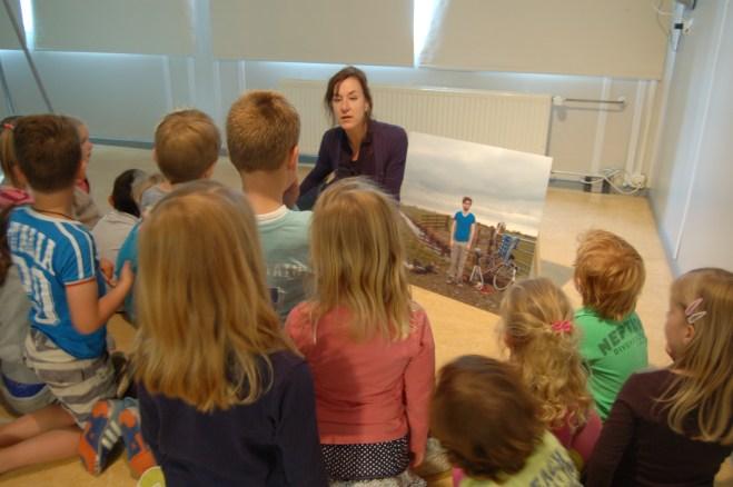 Sofie Boon van Stedelijk Museum 's-Hertogenbosch met kinderen bij werk Joost Mellink - foto Simone Vos