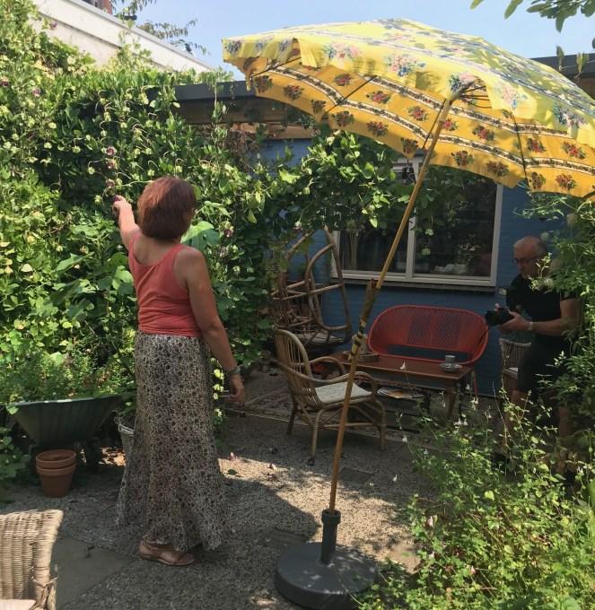 Helmi Schellens in de tuin