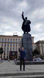 ch halte mich gerne auf dem zentralen Lenin-Platz auf - obwohl es hier keinerlei Sitzgelegenheiten gibt, lädt der Ort dazu ein, ausführlich über die Geschichte nachzudenken.