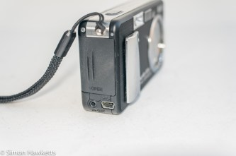 Ricoh Caplio R1v - Side view showing battery door