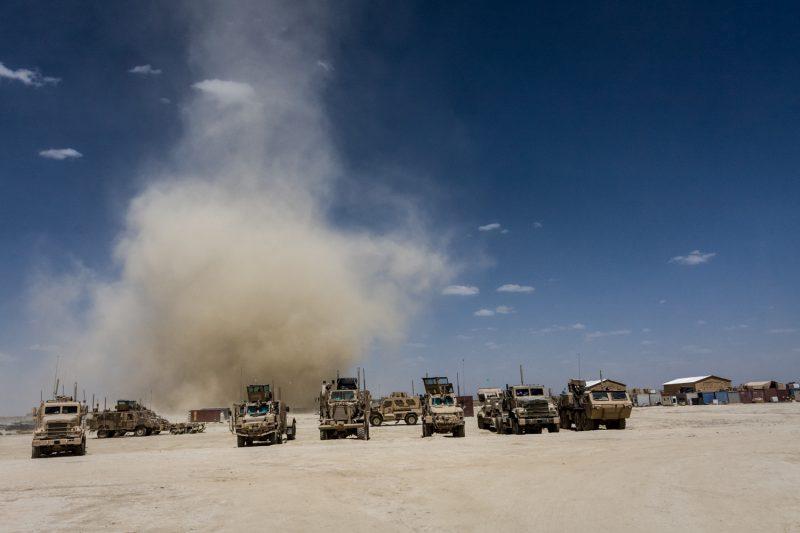 Eine Sandhose fegt über eine Basis in Wazi Khwa, Afghanistan. (c) Simon Klingert
