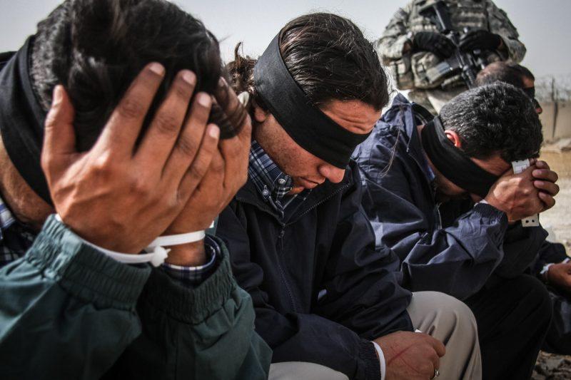 Flug ins Ungewisse: Gefangene warten im Irak auf den Weitertransport. (c) Simon Klingert