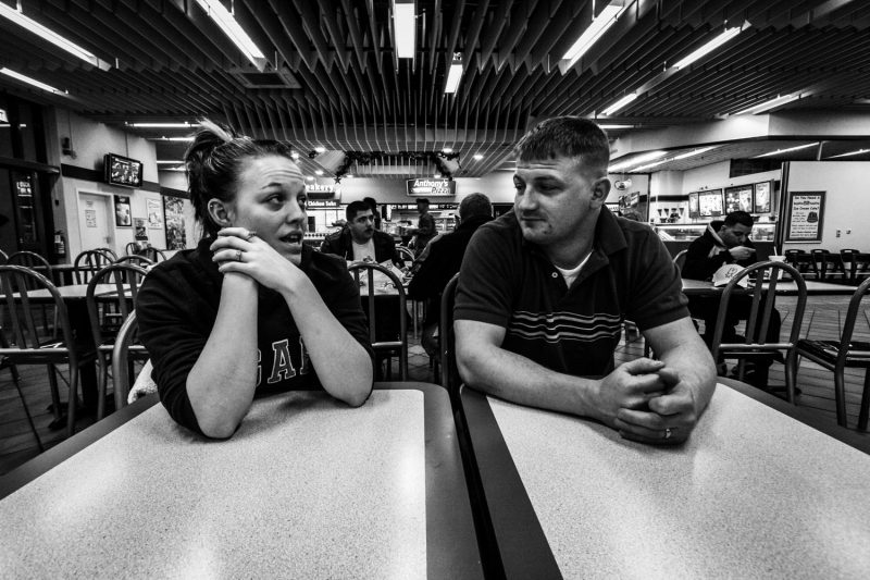 Junges Paar blickt nach der Rückkehr aus dem Irak in eine unsichere Zukunft. (c) Simon Klingert