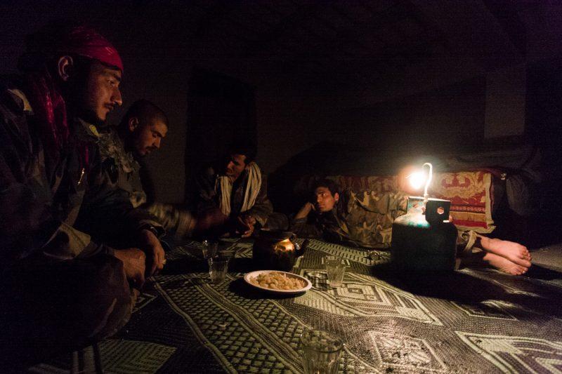 Afghanische Soldaten entspannen nach dem Abendessen in ihrem Bunker auf einem Außenposten im Osten des Landes. (c) Simon Klingert
