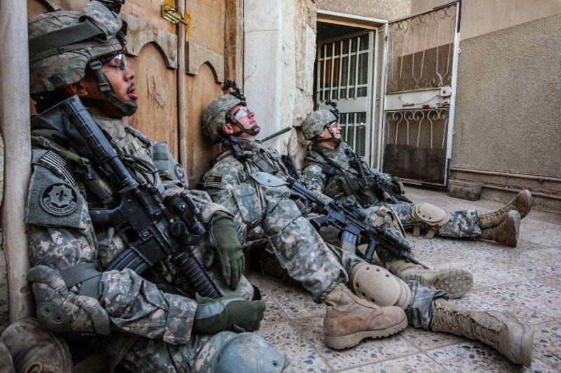 US-Soldaten genießen in einem Hinterhof im Süden Bagdads einen Moment Ruhe. (c) Simon Klingert