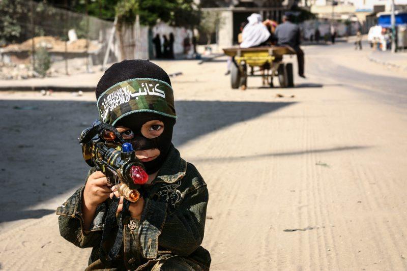 Ein junger Palästinenser posiert im Gazastreifen als Hamas-Kämpfer. (c) Simon Klingert