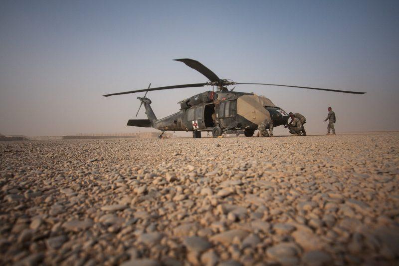 UH-60 Blackhawk MEDEVAC-Hubschrauber der US-Armee bei der Wartung auf FOB Dwyer in Helmand, Afghanistan. (c) Simon Klingert