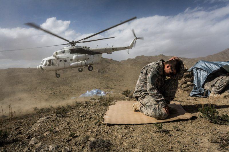 Gecharterter Mil-Mi-17 Hubschrauber versorgt eine Stellung der US-Army. Die Militäroperation Azodee Thunder im Shah-i-Kot-Tal in Ost-Afghanistan soll die Taliban am Rückzug nach Pakistan hindern. (c) Simon Klingert