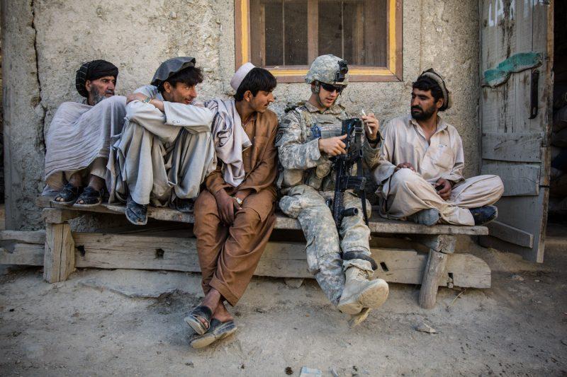 Afghanen staunen über einen US-Soldaten, der einige Worte Paschtu spricht. (c) Simon Klingert