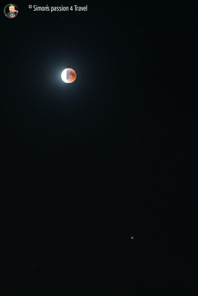 luna parzialmente eclissata con marte