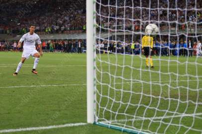 Cristiano Ronaldo of Real scores the winning penalty in the shootout