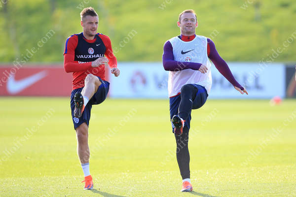 England teammates Jamie Vardy (L) and Wayne Rooney warm up together