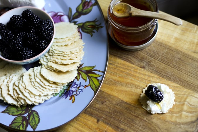 easy summertime appetizers goat cheese honey blackberry crisps