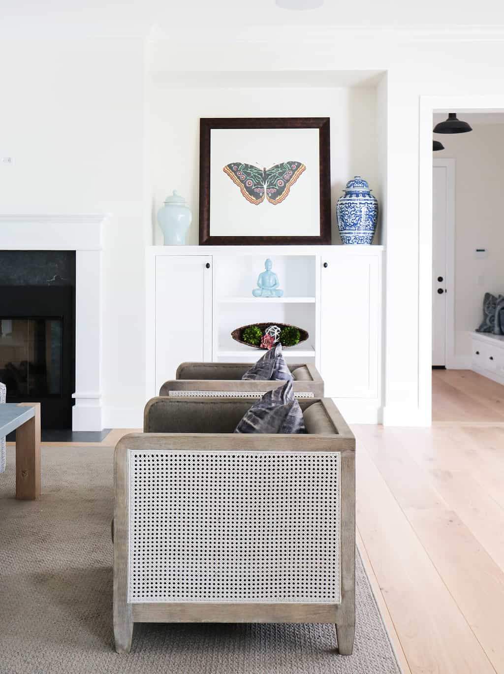 HOM-Modern-Farmhouse-With-Coastal-Flare-by-Blackband-Design-accessories