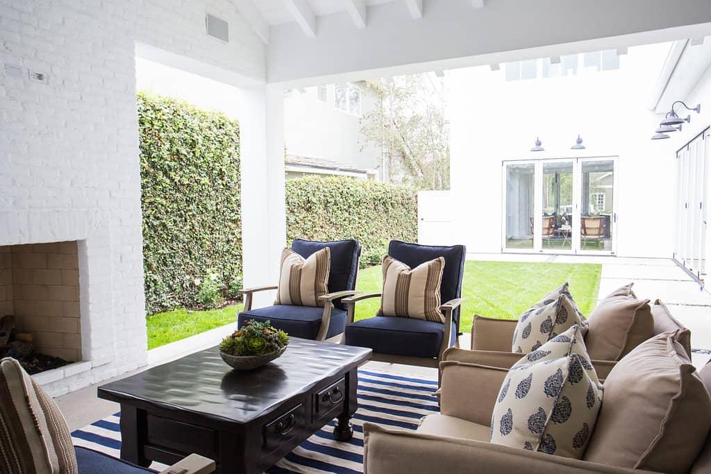 HOM-Modern-Farmhouse-With-Coastal-Flare-by-Blackband-Design-patio