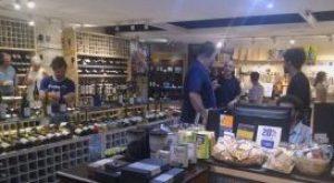 Ezequiel e equipe orientando os clientes na Sol Y Vino