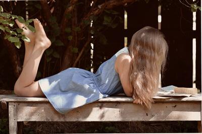 fată care citește
