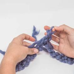 … und die Schlinge auf dem Finger ziehen. Eine Kettmasche wurde gearbeitet.